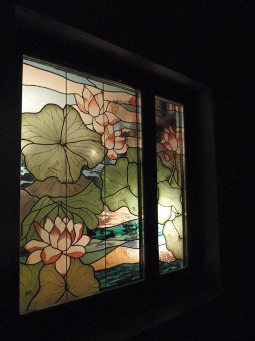 Widok witraża z zewnątrz mieszkania nocą
